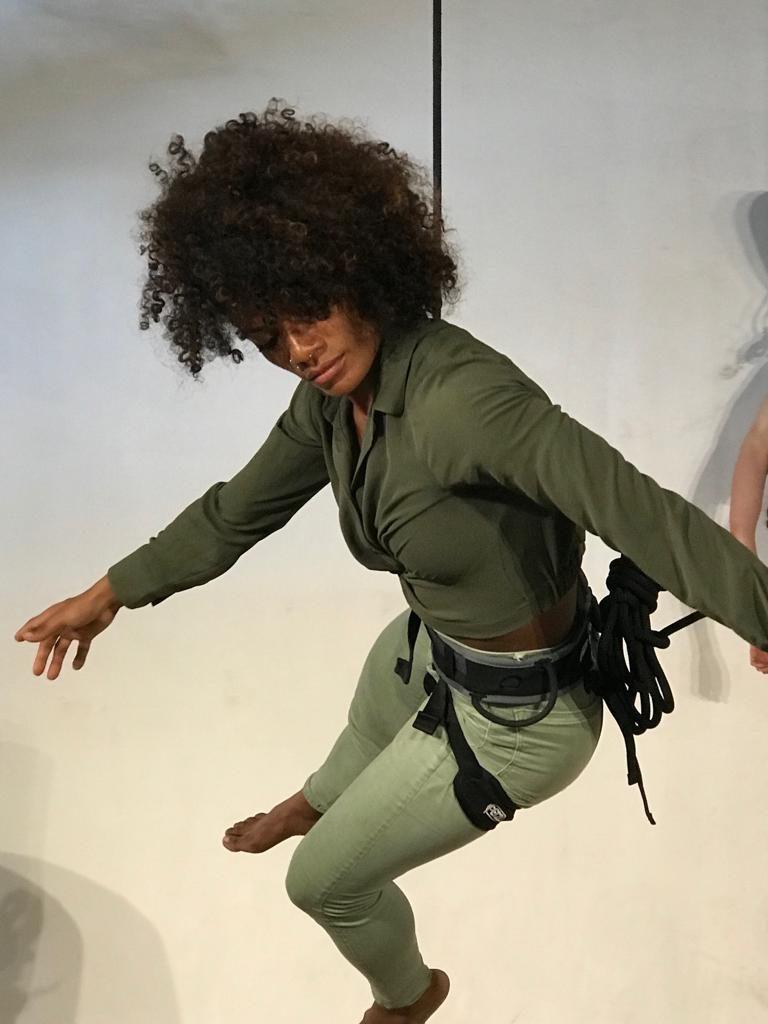 Artistas de danza aérea muestra su talento en un laboratorio internacional.