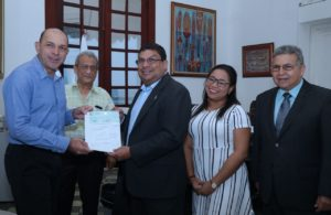 David Vergara, presidente del patronato de la Mejorana junto al Minsitro de Cultura, Carlos Aguilar y colaboradores de MiCultura.